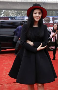 Japanese street fashion japanese fashion magazine japan store korean style chinese fashion trendy: chinese actress name bingbing fan and Feng Shao Feng hand to help out the movie town groundbreaking
