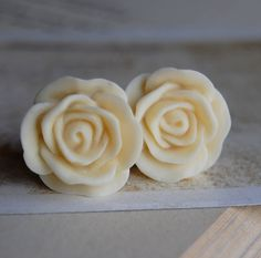 00g (10mm) Creamy White Flower Plugs-for stretched ears. love these.
