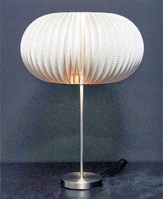 DIY, fabriquez une lampe design, en utilisant des assiettes en carton!