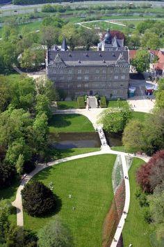"""Zeitorte.de: Schloss Wolfsburg aus der Luft (Foto: Stadt Wolfsburg). (""""ZeitOrte - Expeditionen ins Zeitreiseland"""" ist ein Projekt des: TourismusRegion BraunschweigerLAND e. V.)"""