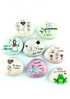 Bemalte und beschriftete Steine als kleines Geschenk