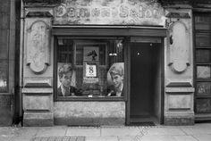 Ost-BERLIN 1986, Schaufenster .v Herrenfriseursalon in der Linienstraße, nahe Koppenplatz. Mitte, mit Propaganda für die DDR-Volkskammerwahlen am 8. Juni, Foto: Barbara Schnabel