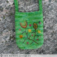 Stickad och tovad väska med yllebroderi. Knitted and felted bag with wool embrodery.