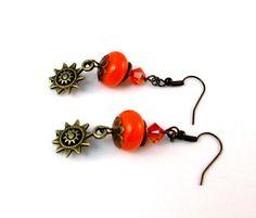 Boucles d'oreilles oranges et breloque soleil : Boucles d'oreille par lealola