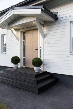 kuisti, outdoor, garden, puksipuu, white house Garage Doors, Villa, Garden, Outdoor Decor, House, Blog, Home Decor, Decoration Home, Room Decor