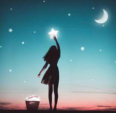 Cuando las luces no brillan más ✨ siempre las busco en algún lugar 💡 siento su onda 🍃 su vibración , que me retumba mi corazón 💕   Cuando la magia quiere salir y se apodera de mi 💎 me envuelve de principio a fin ... 🌙 Estará Justo en mi pecho , es mi pasión , es mi monto , si las estrellas voy alcanzar y nada me va a parar ⭐️   -Adaptada canción : La bala | Mi Momento -   - Mariana Cervantes - 🌙   #frases #pensamientos #pinturas #acuarela #magia 🌻