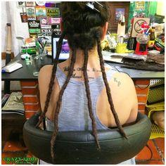 Manutenção e novos dreads nos cabelos de Lizi de Porto Alegre/RS