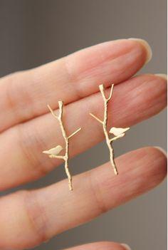 Amor Birdie en largos aretes ramita en acabado oro por onceuponaCHO