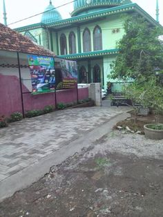 Hjanies Welaran Homestay Banyuwangi Hjanies Welaran Homestay offers accommodation in Banyuwangi. Free WiFi is available throughout the property and free private parking is available on site.  You will find a shared kitchen at the property.
