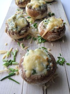 Gevulde champignons Deze gevulde champignon met kruidenkaas, bieslook en ui is een heerlijke klein gerechtje voor op een tapas avondje. De geraspte kaas die in de oven smelt maakt het gerecht helemaal af. Dus ben je opzoek naar een snelle manier om een champignon te vullen en/of te maken. Dan is dit zeker een goed recept. Ook geschikt als borrelhapje