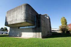 Die Kirche Sainte-Bernadette du Banlay: Der Architekt Claude Parent entwarf das...