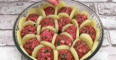 Dans un plat, disposez des tranches de pommes de terre bouillies, des boulettes de viande et du fromage afin de créer un délicieux mets français