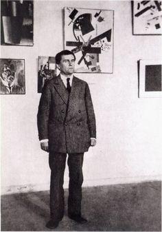 Казимир Малевич у своих работ в Музее художественной культуры, Петроград, 1924 год.