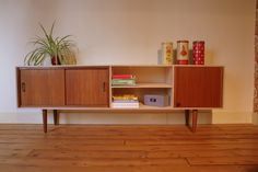 Origineel tv meubel op retro pootjes.