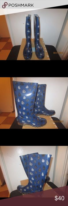BLUE BLACK RAINDROP RAIN BOOTS BY TOMS * 10M * PRE OWNED ;  BLUE BLACK RAINDROP RAINBOOTS BY TOMS. *10M * WORN ONCE. PLEASE FEEL FREE TO ASK ANY QUESTIONS YOU MAY HAVE AND I WILL REPLY WITHIN 48 HOURS. PLEASE NOTE: INTERNATIONAL SHIPPING IS NOT AVAILABLE. PLEASE LOOK AT MY CLOSET TO BUNDLE THIS GREAT DEAL. THANKS FOR LOOKING! TOMS Shoes Winter & Rain Boots