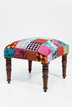 Η Kare δημιούργησε για εσάς ένα ιδιαίτερο σκαμπό με έντονα χρώματα που θα τραβήξουν την προσοχή όλων.    Υλικά: τα πόδια και ο σκελετός ειναι κατασκευασμένα από μασίφ τροπικό ξύλο sheesham. Η επένδυση είναι από διάφορα κομμάτια υφάσματος βισκόζ.   Βάρος: 9 kg