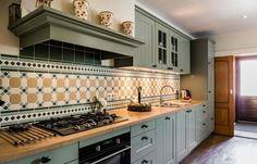 oudgroene keuken | Landelijke keuken kopen op Urk? Bekijk deze klantervaring ... Country Lifestyle, Spanish House, Home Kitchens, Armoire, Sweet Home, Kitchen Cabinets, House Styles, Home Decor, Google
