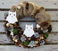 Sovičky+-+věnec+v+kabátku+z+juty+a+přírodního+materiálu+-+několik+druhů+šišek,+bukvice,+ratanové+koule,tobolky+eukalyptu,dřevěná+srdíčka+a+dvě+bílé+dřevěné+sovy+-+průměr+31+cm+-+přírodní+podzimní+/+zimní+dekorace