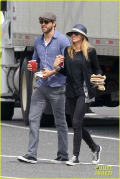 Retro and so effortlessly cool: Ryan Reynolds cuts a casual but stylish figure stepping out in checked trousers, Converse and Ray Bans Blake Lively Ryan Reynolds, Ryan Reynolds Style, Blake Lively Outfits, Blake Lively Family, Blake Lively Style, Cristina Reyes, Blake Lovely, Daily Fashion, Mens Fashion
