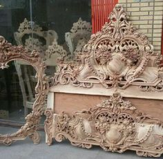 Photo Glamourous Bedroom, Wood Art Panels, Carved Furniture, Blue Chairs Living Room, Art Furniture, Bedroom Closet Design, Wood Carving Designs, Ornate Bed, Beautiful Bedroom Designs