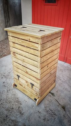 DIY: Make a pallet wood composter Faire Son Compost, Wine House, Diy Coffee Table, Vegetable Garden Design, Garden Types, Fun Cocktails, Green Life, Permaculture, Furniture Projects