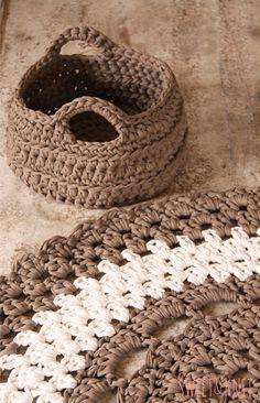 Crocheted rug and basket Crochet Doily Rug, Crochet Carpet, Crochet Wool, Love Crochet, Crochet Patterns, Tshirt Garn, Cotton Cord, Big Yarn, Painting Carpet