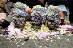 En Bolivia tiene lugar el rito de las 'ñatitas', calaveras humanas que algunos bolivianos preservan en sus casas. Una vez al año miles de personas salen a la calle con ellas para que reciban bendiciones y ofrendas de comida, bebida y hoja de coca.