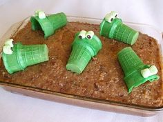 Alligator Cake made with Ice Cream Cones; I'm also thinking you could make frosting-filled ice cream cone cupcakes and decorate/display as alligators! Alligator Cake, Alligator Party, Alligator Crafts, Alligator Birthday Parties, Cute Food, Good Food, Yummy Food, Crocodile Cake, Crocodile Party