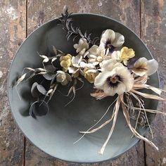 アレンジ1。 スワッグに。 あまり作らない色。 #display#flower#handmade#Antique#Art#Photograph#Flowerarrangement#Interior #布花#パンジー#ユーカリ#スワッグ#フラワーアレンジ#ローズマリー#ボタニカル#花束