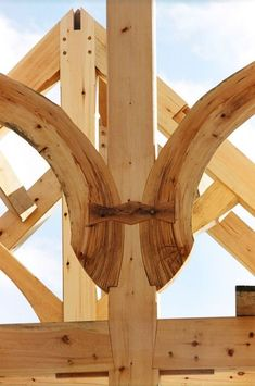 Embellishments on timber frame structures: Wise Owl Joinery Co., Handcrafted timber structures Just beautiful ! Woodworking Joints, Learn Woodworking, Woodworking Projects, Into The Woods, Japanese Joinery, Joinery Details, Timber Structure, Wood Joints, Timber Frame Homes