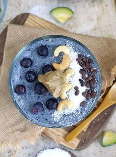 Vegan Blueberry Cauliflower Smoothie Bowl // Yes, you read that right. This beautiful smoothie bowl has cauliflower in it. That may sound weird and off putting at first, but just like with almost any veggies in smoothies, you can't taste it at all! Only the yummy blueberries and coconut. | The Green Loot #vegan #protein