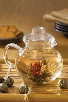 Primula Tea: Blooming Teas, Flowering Teas, Artisan Teas ~ Because what's a tea party without TEA? Tea Gift Sets, Tea Gifts, Jus Detox, Glass Teapot, Flower Tea, My Cup Of Tea, Tea Accessories, Tea Recipes, Yummy Recipes