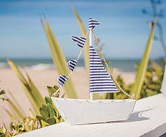 Décoration de table bateau - Idéal pour votre thème marin, ce petit bateau bleu et blanc avec ses voiles en tissu embellira votre décoration de mariage ! http://www.mariage.fr/bateau-decoration-table-en-bois-blanc-et-bleu.html