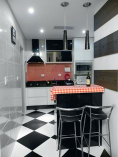 Projeto de cozinha preta e vermelha Local de reunião e alegria, a cozinha pequena traz aconchego e praticidade à casa