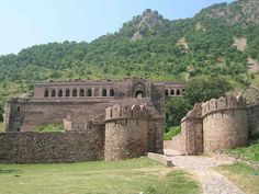 Bhangarh Fort Travel Guide - Tourism In Alwar Historical Place and Nearby Attractions. One of the most well-known spots in Alwar. Things to do, explore location and popular point of attraction to visit in Alwar. Archaeological Survey Of India, Ghost Hauntings, India Travel Guide, Most Haunted Places, Indian Architecture, India Tour, Tourist Places, Group Tours, Travel And Tourism