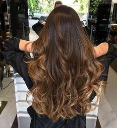 Cheveux | Coiffure | Cheveux Ondulés | Cheveux Aux Extrémités Blondes | Cheveux Bruns | Cheveux Marrons | Cheveux Longs | Cheveux Miel | Cheveux Chocolat | Balayage | Highlights