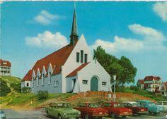 Rotes Trio:  Gleich drei rote Autos haben vor der Kirche im belgischen...