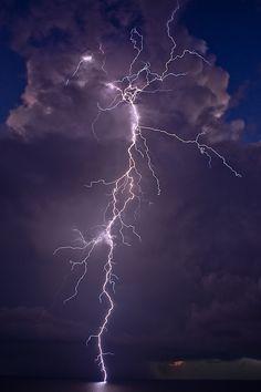 """13 Blitz - Uira - Erwachen - """"(...) Ich bin Schutz. Mit einem Netz aus Licht im Dunkel der Nacht biete ich euch Schutz vor gefährlicher Strahlung. Ich bin Spannung. Mein Spiel mit dem Feuer und dem Grollen des Donners ist ein Lobgesang auf die wunderbare Zeit, die uns erwartet. Ich bin Energie. Im Angesicht des Sturmes tanze ich zur Erweckung der Menschheit (...)"""" (Weisheit der Vier Winde, S. 121). www.weisheitdervierwinde.de  Lightening"""
