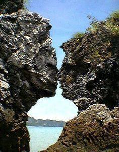 """O nome """"Kissing rocks"""" só foi oficialmente reconhecido em 1970. -California.  DIANA RIBEIRO -photo? or article."""