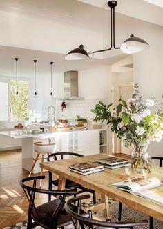 orden-salon-mesa-comedor-el-mueble-00458372. Mesa de comedor de madera con libros y flores 00458372