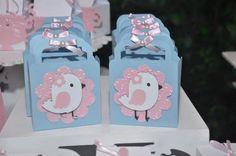Bolsinha festa passarinhos  Material:papel colorplus 180 gramas,aplique papel ibiza,perola,laço cetim R$ 4,50