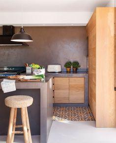 00436706. Cocina de madera con pared, encimera e isla de microcemento_00436706