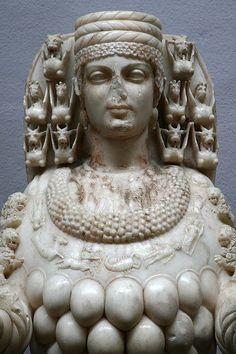 De Mooie Artemis in het Archeologish Museum van Selçuk. Zij draagt de <b>Kalathos</b> op haar hoofd.<br> Let ook op de Dierenriem om haar hals.