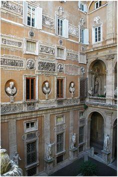 Roma. Veduta del cortile di Palazzo Mattei di Giove