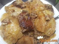 Recept za Svadbarski-slavski kiseli kupus. Za spremanje ovog jela neophodno je pripremiti kupus, rebra, slanina, so, začin, lovor.