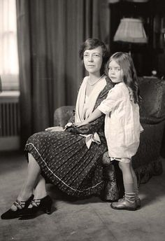 Washington, D., circa Paulina Longworth with her mother, Alice Roosevelt Longworth. Alice was the oldest daughter of Teddy Roosevelt. Paulina's short life ended with an overdose in when she was Harris & Ewing Collection glass negative. Alice Roosevelt, Roosevelt Family, Theodore Roosevelt, American Presidents, Us Presidents, American History, Titanic, First Daughter, Interesting History