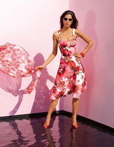 Top im Trend im 60er-Jahre-Look. Styletypisch gearbeitet mit passgenauem Corsagenteil und weit schwingendem Rockteil mit Petticoat.