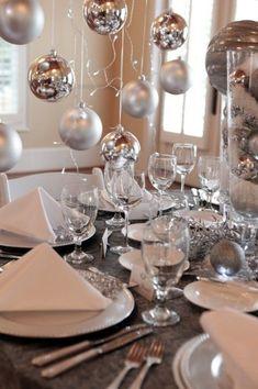 Mesa prata para comemorar Reveillon.
