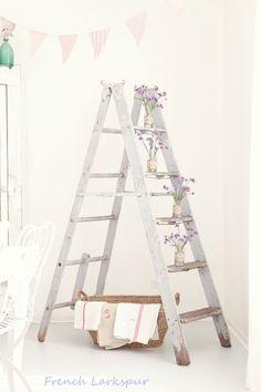 Vintage wooden ladders. Old ladder decor. Échelles en bois vintage. Escalera ideas.