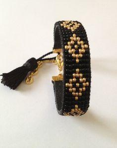 Bracelet en rocaille de miyuki (perles très régulières ) tissées sur 7 rangs  doublé au dos d'une pièce de cuir  Couleur :noir,doré   Fermoir doré avec chaîne d'extens - 7464793